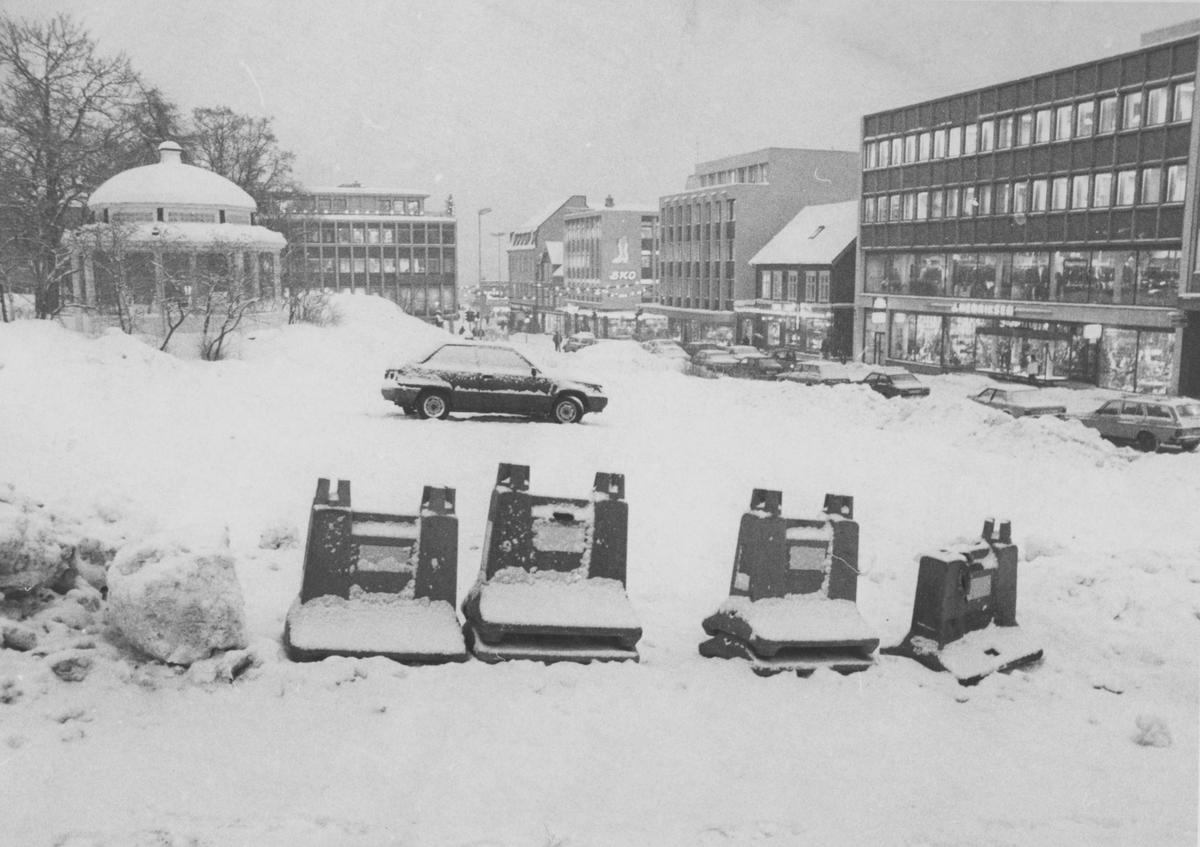 Tomta etter Norullgården etter riving. Storgata til høyre, musikkpaviljongen til venstre.