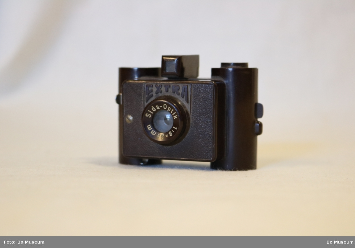 Lite leikefotografiapparat i brun plast.