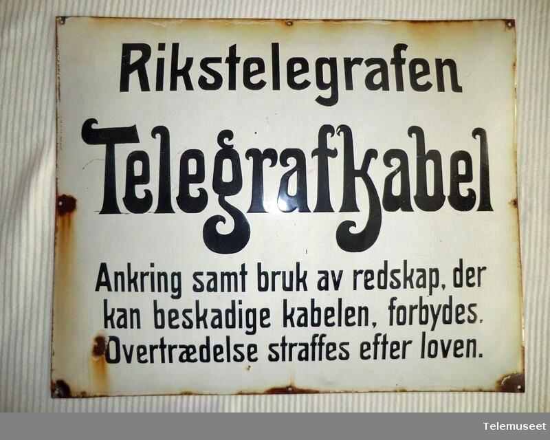 Telegrafkabel TEKST: Rikstelegrafen. Telegrafkabel. Ankring samt bruk av redskap der kan beskadige kabelen, forbydes. Overtædelse straffes efter loven.