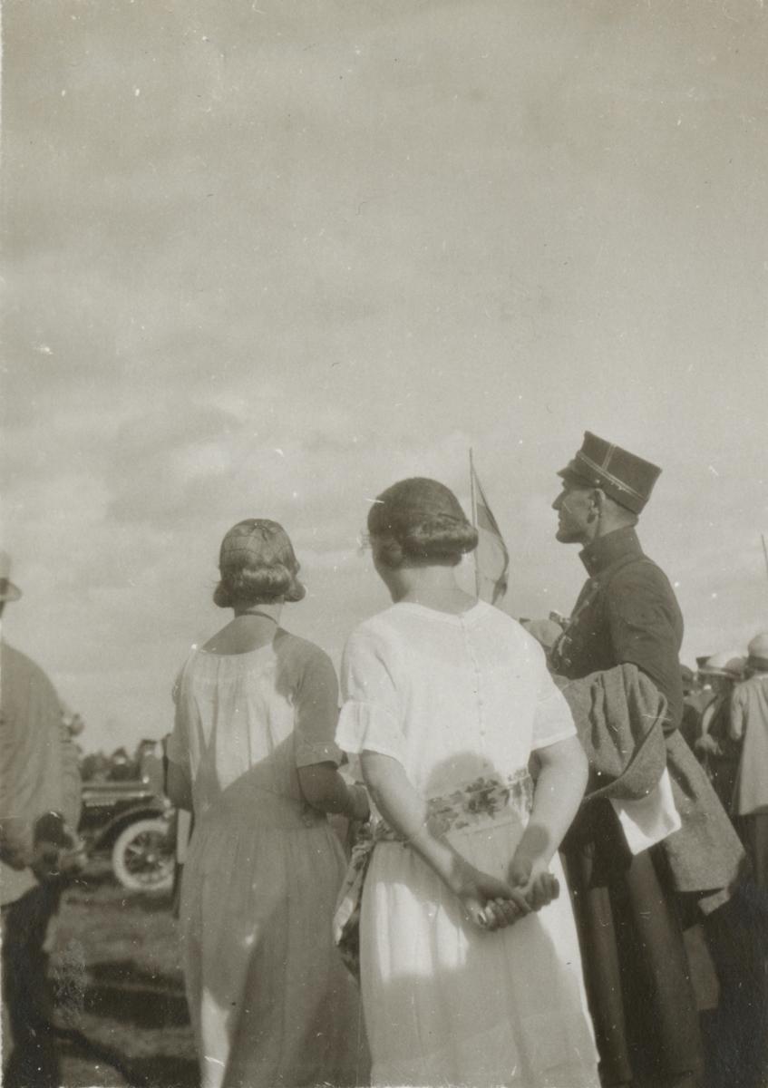 Soldater och civila på fältet.