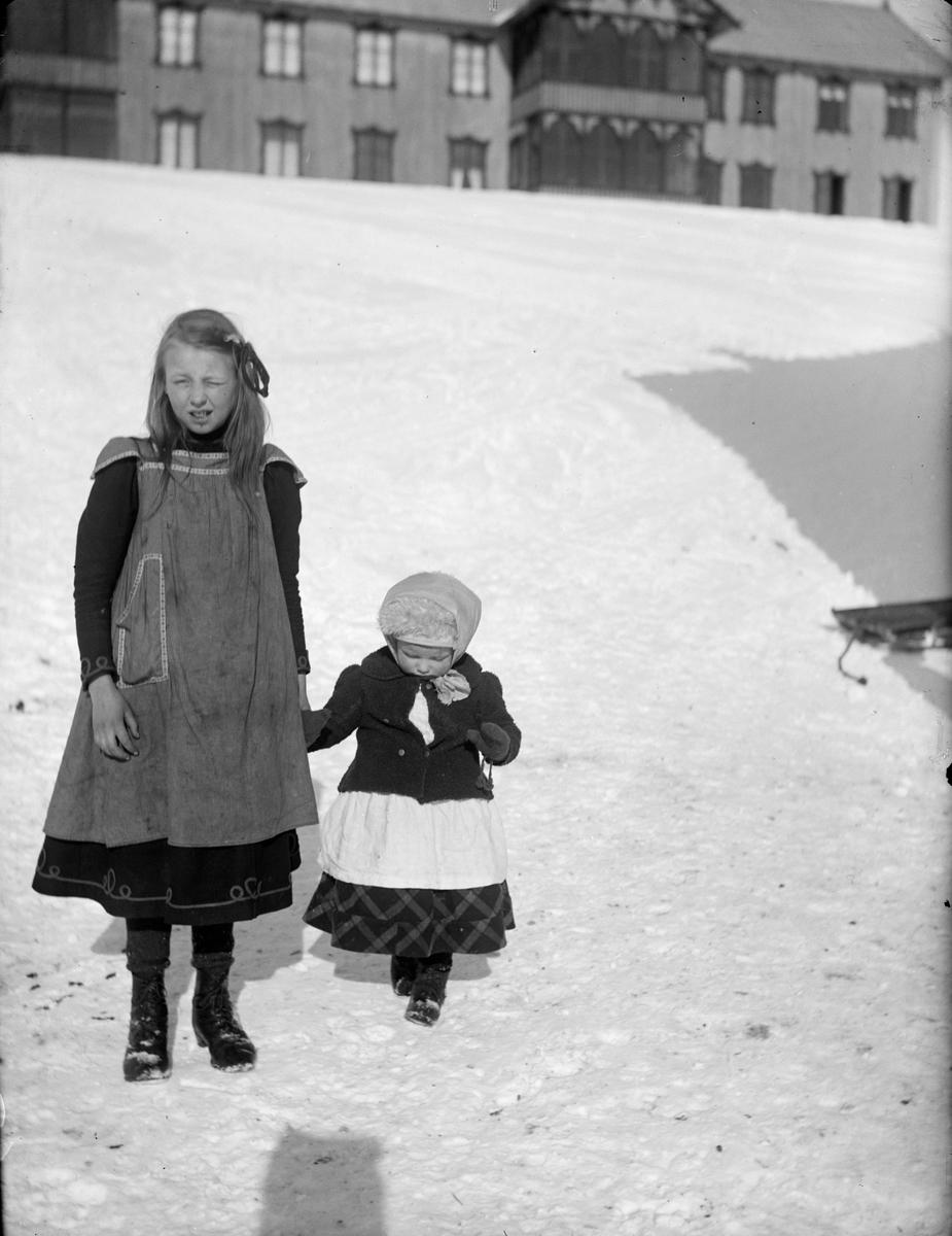 To små piker på tunet utenfor Hjerkinn fjellstue på Dovrefjell. Den eldste er Signe Hjerkinn født 1899 og Tora f 1907