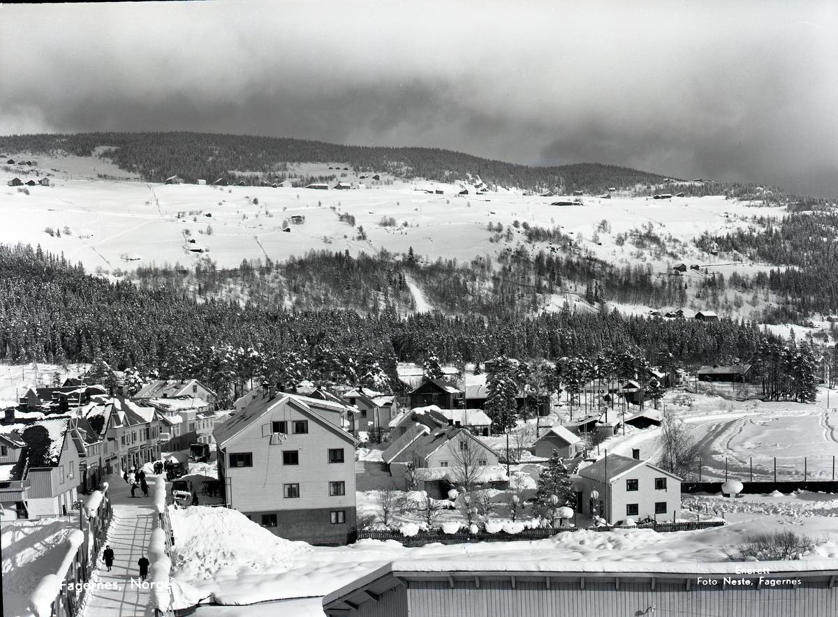 Sentrum av Fagernes. Idrettsplassen til høyre i bildet.