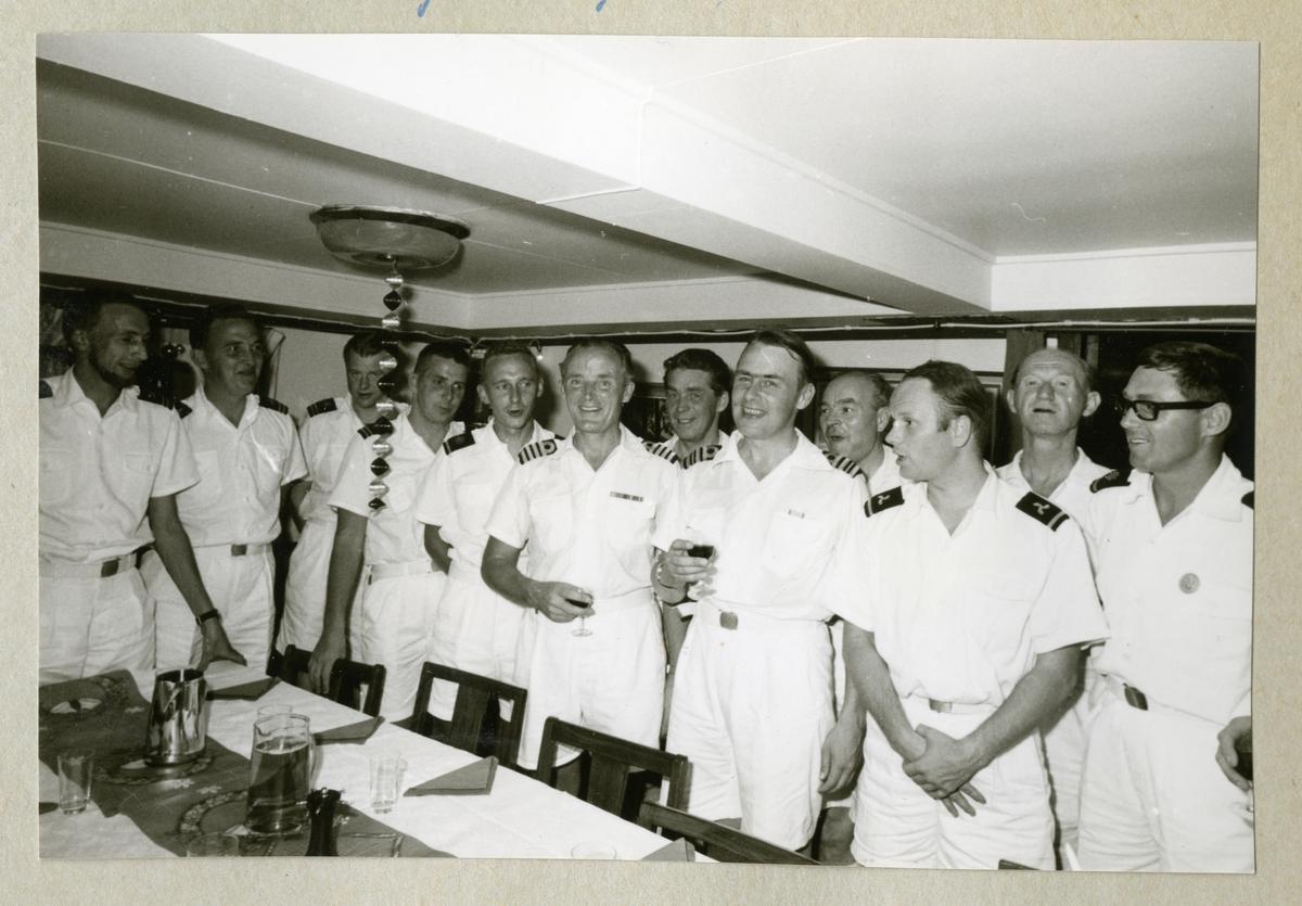 Bilden föreställer sommaruniformsklädda män som har mottagning i minfartyget Älvsnabbens mäss under långresan 1966-1967.
