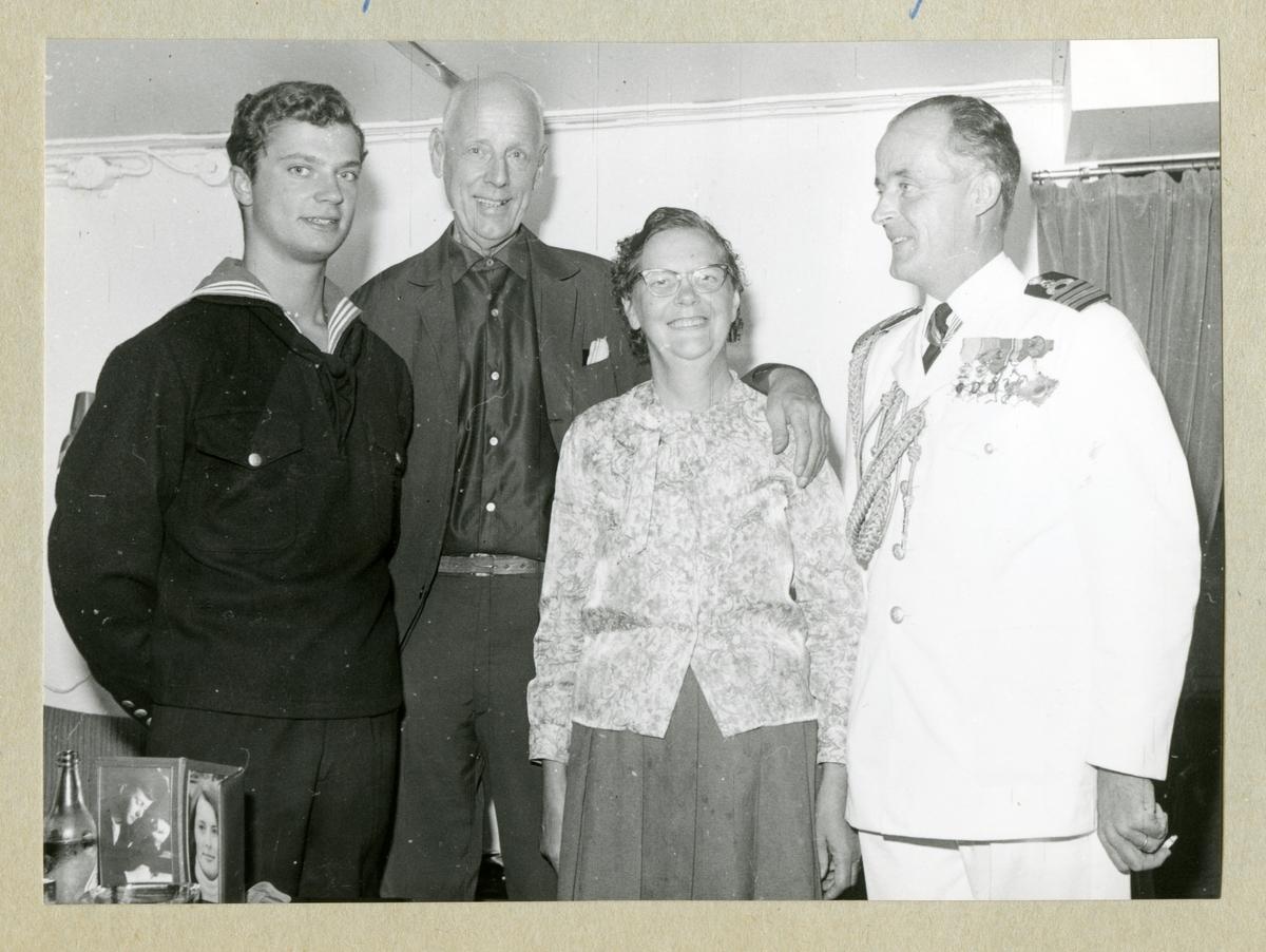 Bilden föreställer kronprinsen Carl Gustaf, två män och en kvinna som poserar inför ett gruppfoto. Längst till höger står fartygschefen på HMS Älvsnabben, kommendörkapten 1. gr Lennart Lindgren.