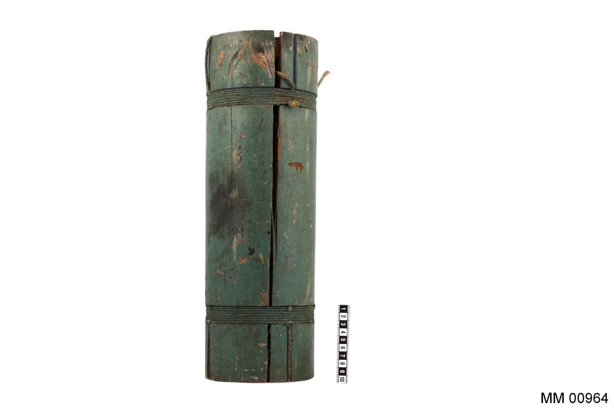 24-pundigt fint skrå. Träcylinder, fylld med rundkulor av järn.