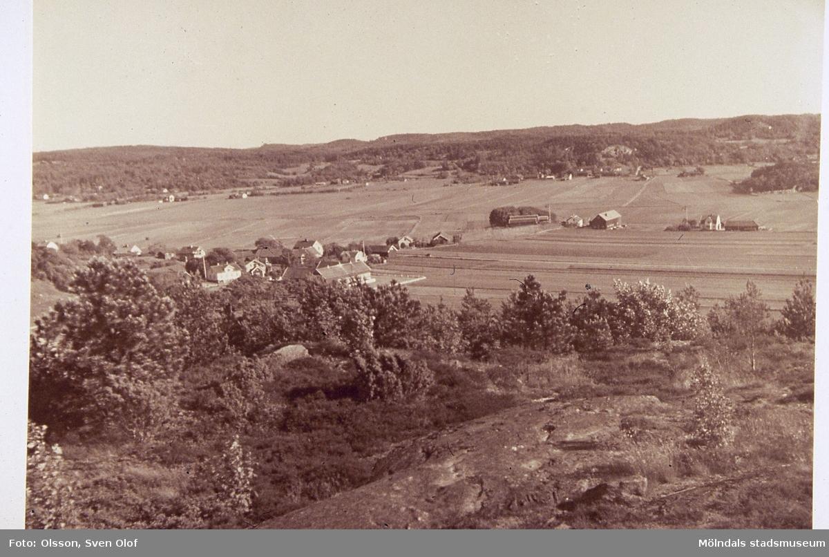 Jordbrukslandskap i Fässberg, Mölndal, år 1953. I bakgrunden ses Balltorp. F 7:10.