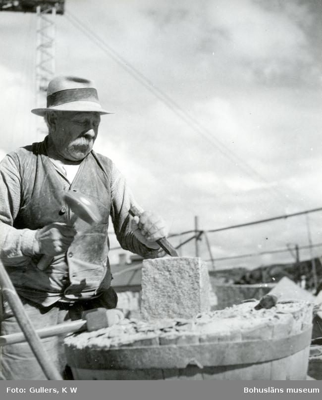 Stenhuggare bearbetar ett ämne med hammare och mejsel