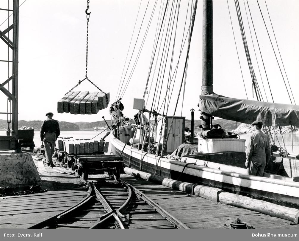 Lastning av kantsten på fraktfartyg