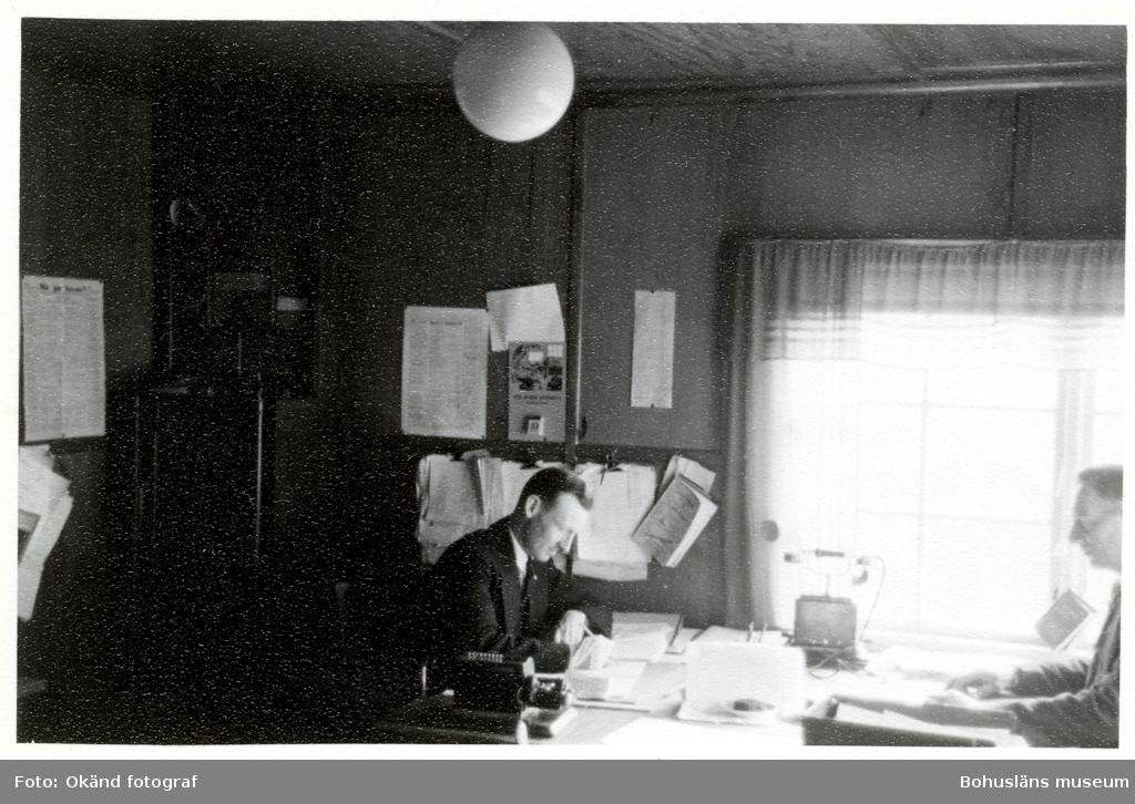 Två män sitter mittemot varandra vid ett skrivbord