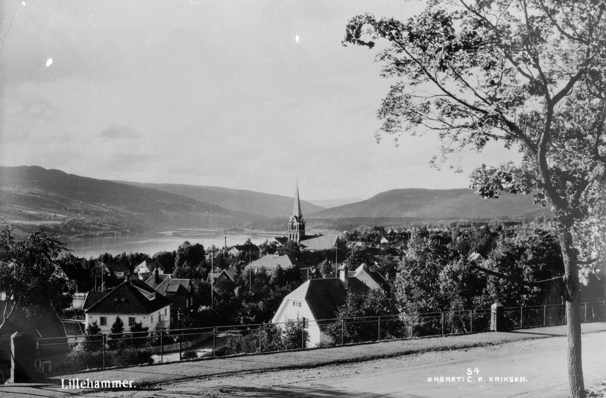 Fra Utsiktsbakken mot Lillehammer kirke og Kirkegata.