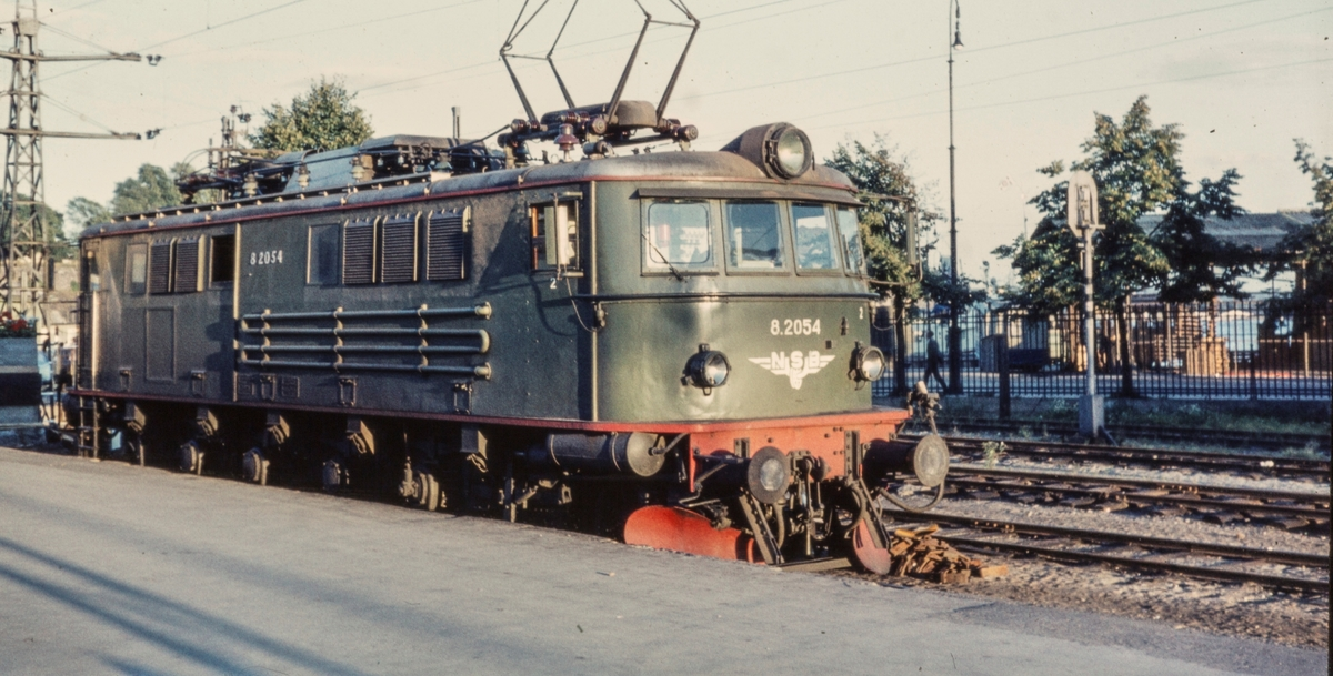 Elektrisk lokomotiv type El 8 nr. 2054 i spor 1 på Oslo Vestbanestasjon.
