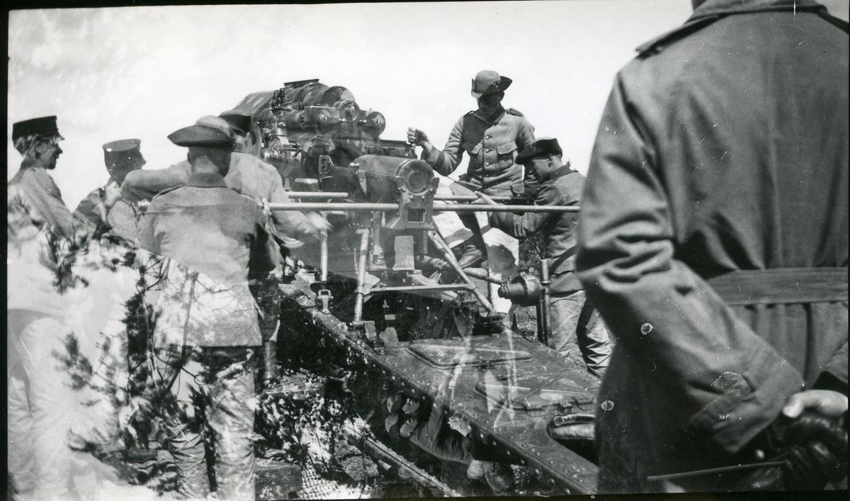 Haubits m/1917. 21 cm, laddning.
