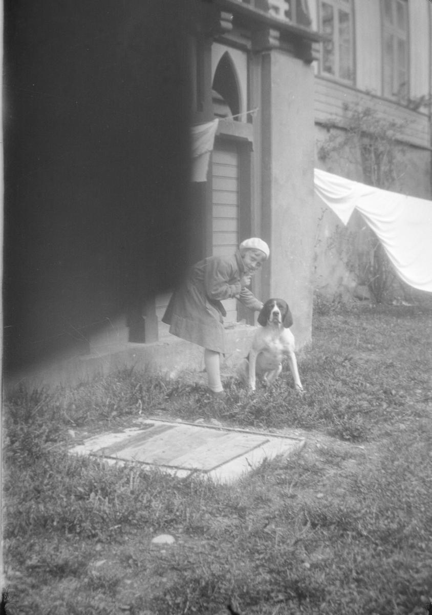 Jente (Gerd) klapper hunden Jens.