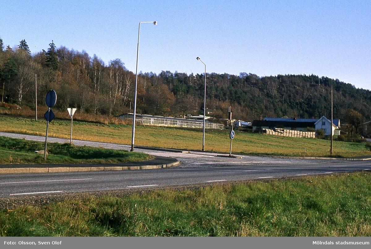 Gården Sandbäck 2 i Mölndal, år 1983. I förgrunden ses korsningen Gamla Kungsbackavägen-Rävekärrsgatan. R 2:1.