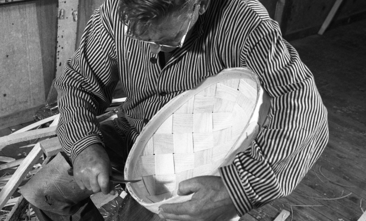 Einar Nilsen renskjærer kant på kurv ved Nilsens kurvfabrikk