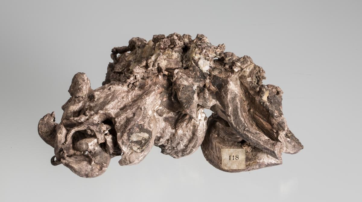 Størrelse: 15 x 11 x 5 cm Vekt: 1763,54 g Gammel etikett 118