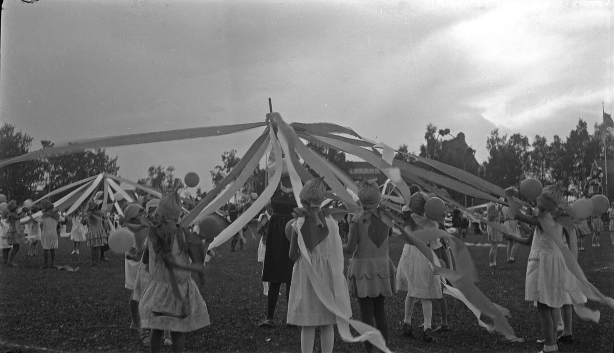 Från uppvisningarna på idrottsplatsen, skolbarn under ledning av Arne Dixner, genomför ett program. Söndagen den 4 september 1932 under Barnens dag firandena.  Fotograf okänd, men liknande bilder var publicerade i Köpingsposten den 5 september 1932.