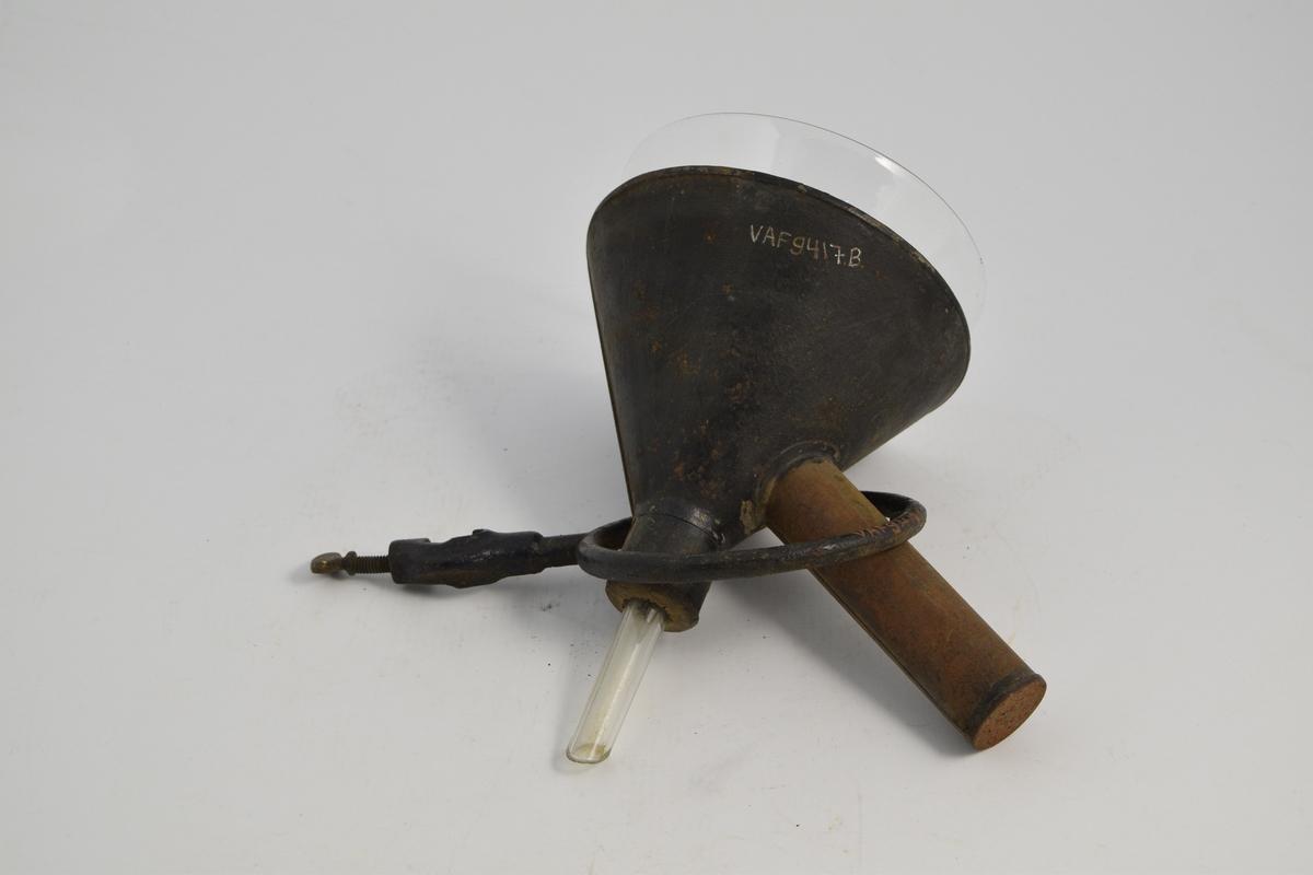 2 trakter: 1 i glass, 1 i metall. 1 holder: ringformet, stang m/skrue. Metall beholderen utenpå trakten har et siderør. Holderen ble satt fast i et stativ ved bruk. Varmtvannstrakten ble brukt til å filtrere løsninger som var oppvarmet. En flamme varmet opp vannet i siderøret.