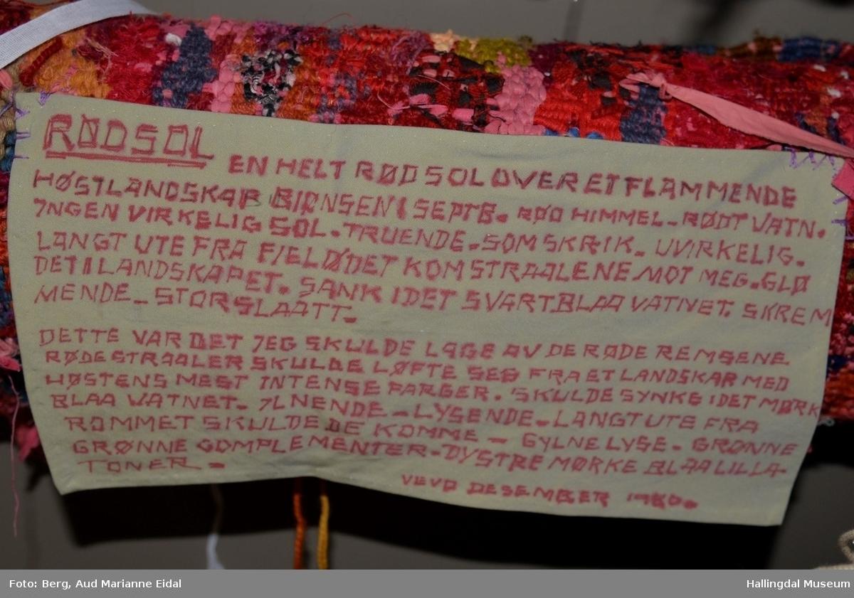 Renning innflettet i sidene, oppheng i kortsiden.  Påsydd tekstblokk på baksiden