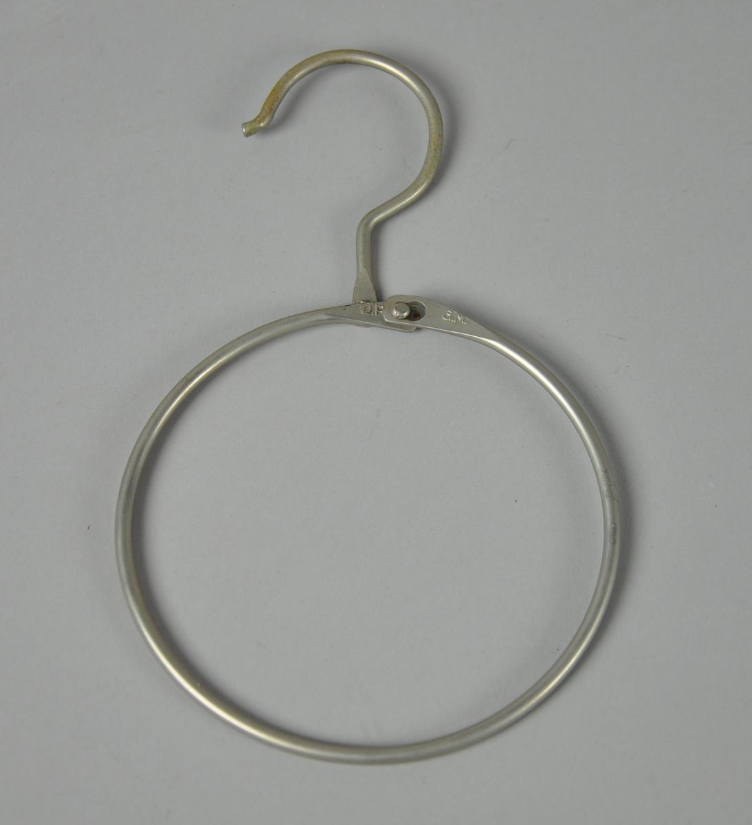 Opphengsring for oppheng av skinn. Består av sirkulær ring som kan åpnes. På toppen er det en krok for oppheng, ligner på kleshenger-krok.