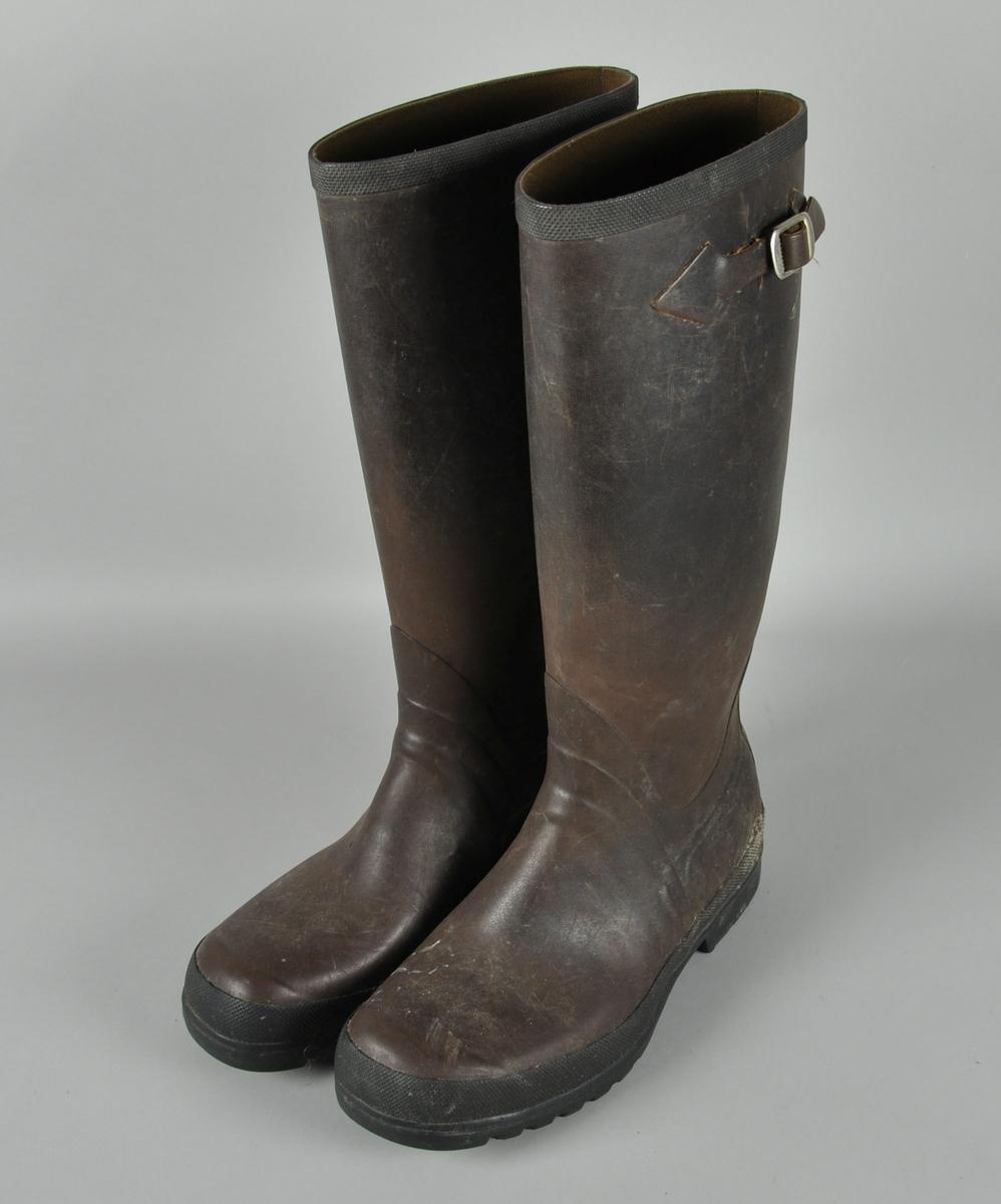 To støvler av gummi, med festereim ved toppen.