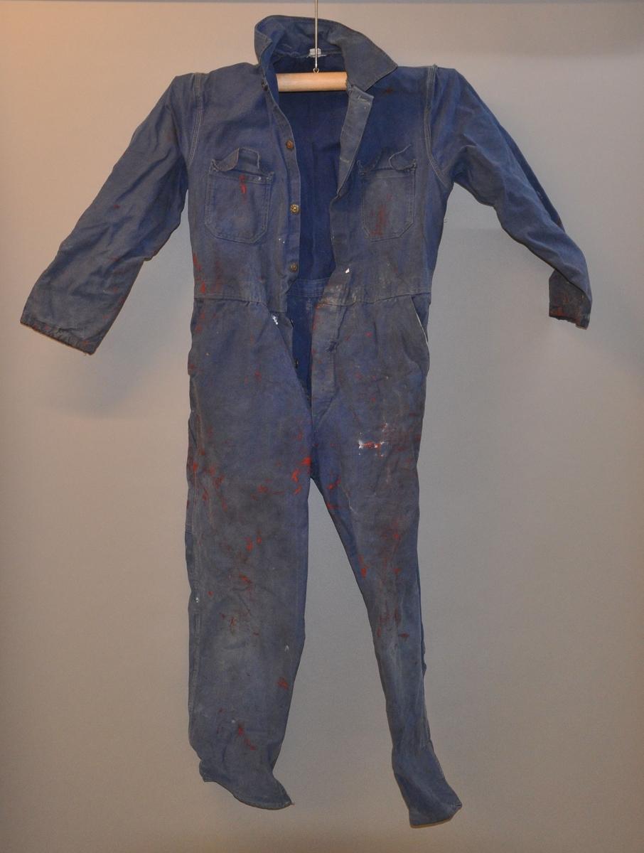 Blå overall med malingsflekker.