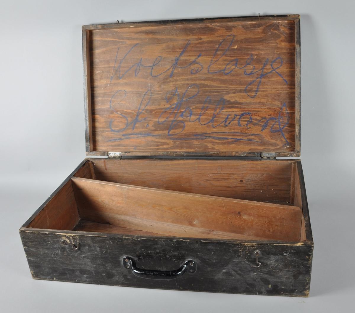Kasse av tre med lokk, til regalie fra I.O.G.T-losje. På framsiden er det skrudd inn håndtak av metall, og en krok i hver ende holder lokket på plass. Kassen er malt brun, og på innsiden er den seksjonert diagonalt i to avdelinger for å passe regalien.