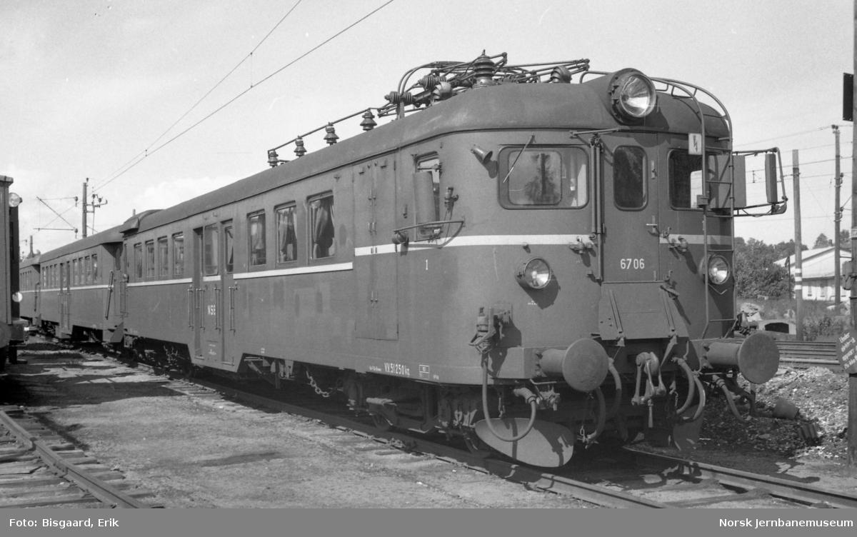 Elektrisk motorvogn BM 67 06 på Ski stasjon