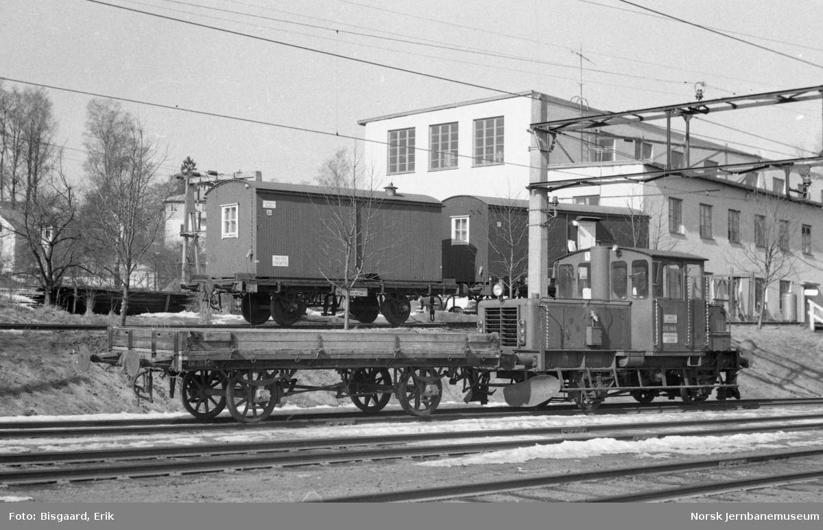 Revisjonstraktor Skd 213 064 med grusvogn litra XM1 på Ski stasjon