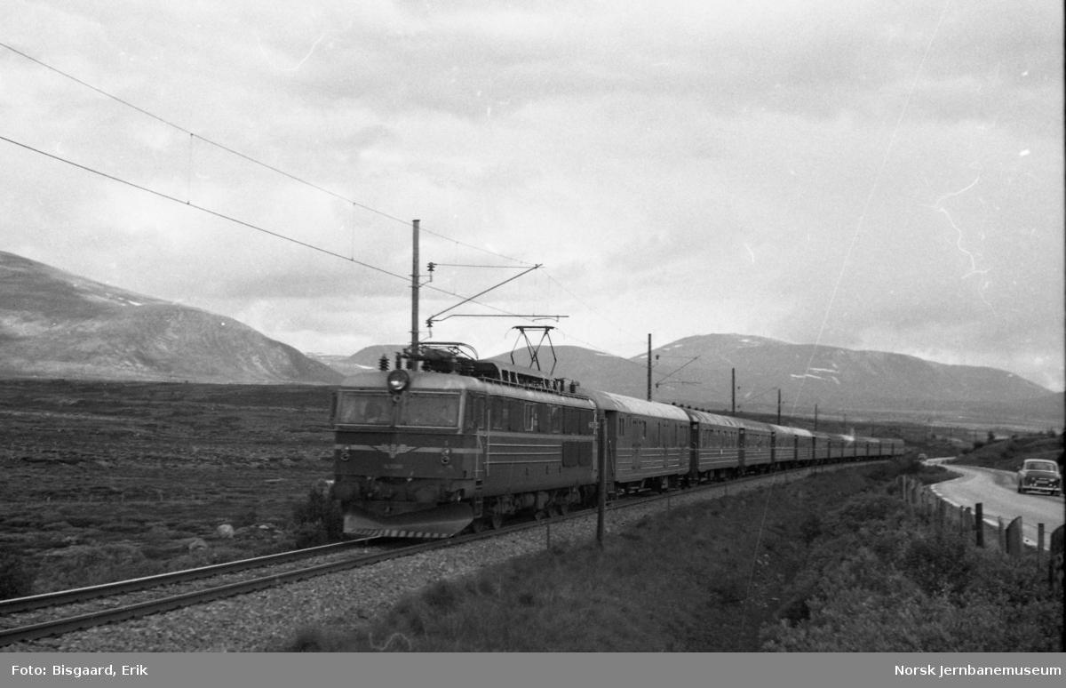 Elektrisk lokomotiv El 14 med sørgående ekspresstog 42 like nord for Hjerkinn