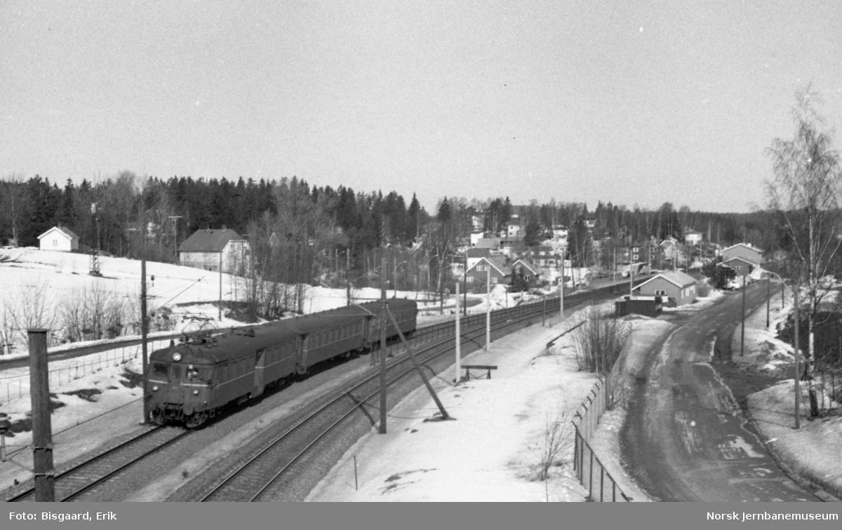 Langhus stasjon med passerende persontog med motorvognsett type 68A