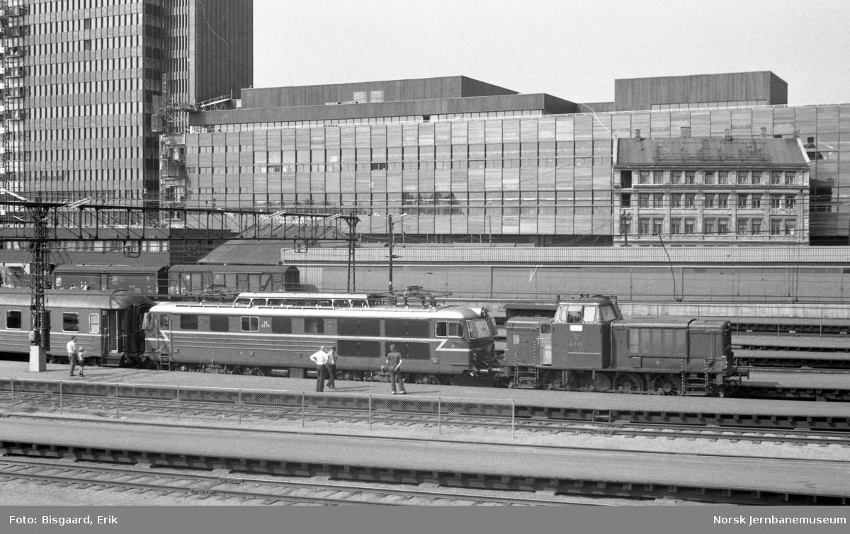 Diesellokomotiv Di 2 foran elektrisk lokomotiv El 14 2179 på Oslo Ø