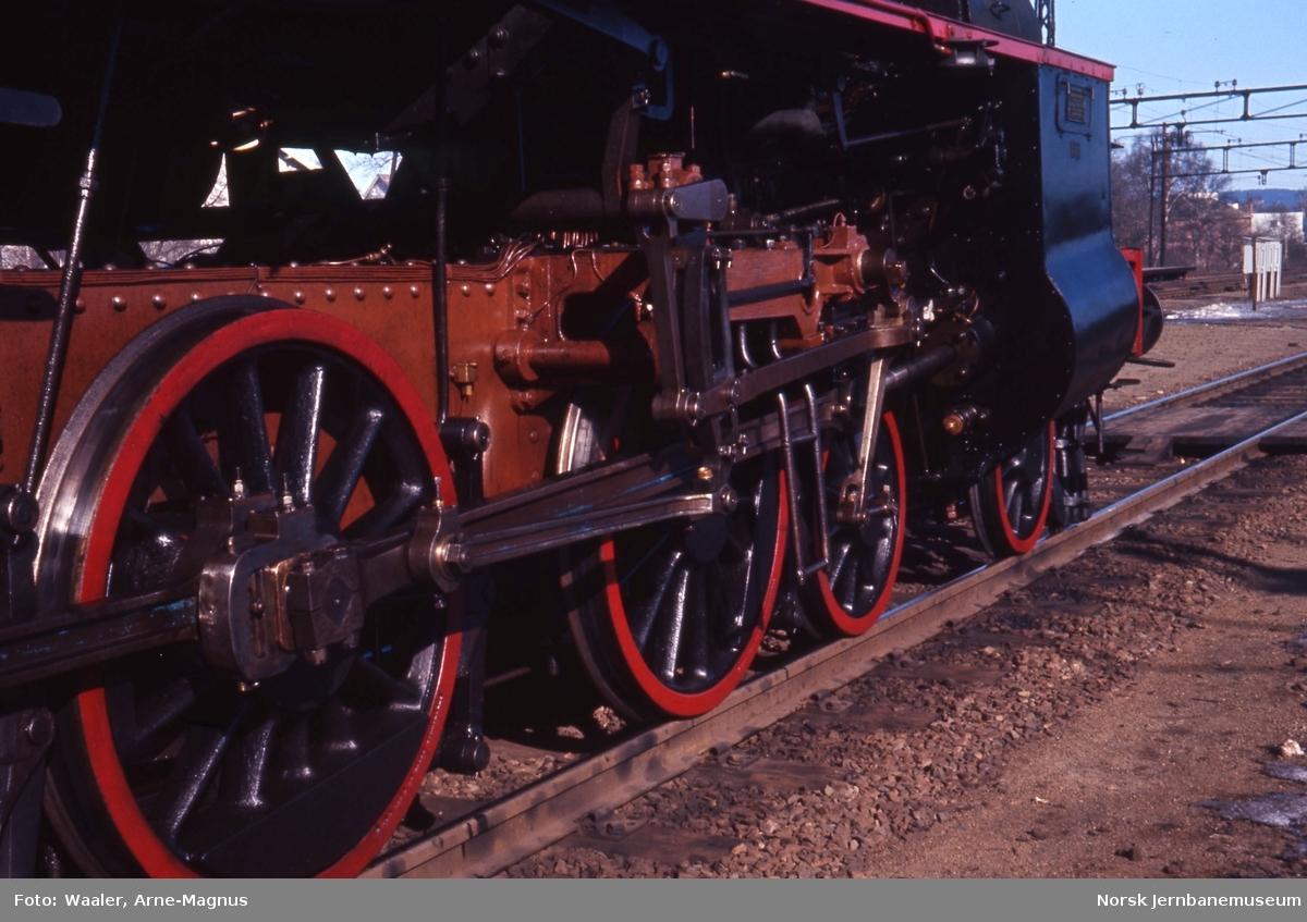 Damplokomotiv type 31b nr. 401 på Lillestrøm stasjon, drivhjulene