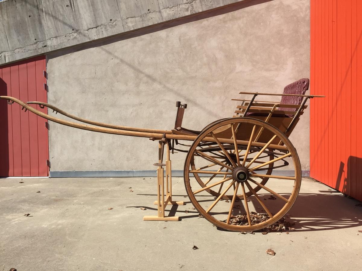 2-hjuls vogn for én hest til persontransport. Ribbesidet fating.