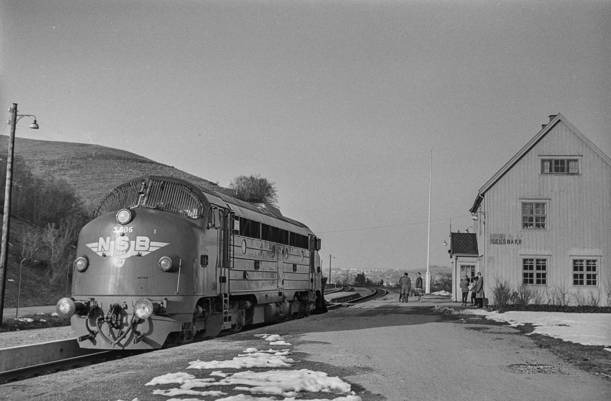 Diesellokomotiv type Di 3 nr. 606 som løslok på Selsbakk stasjon.