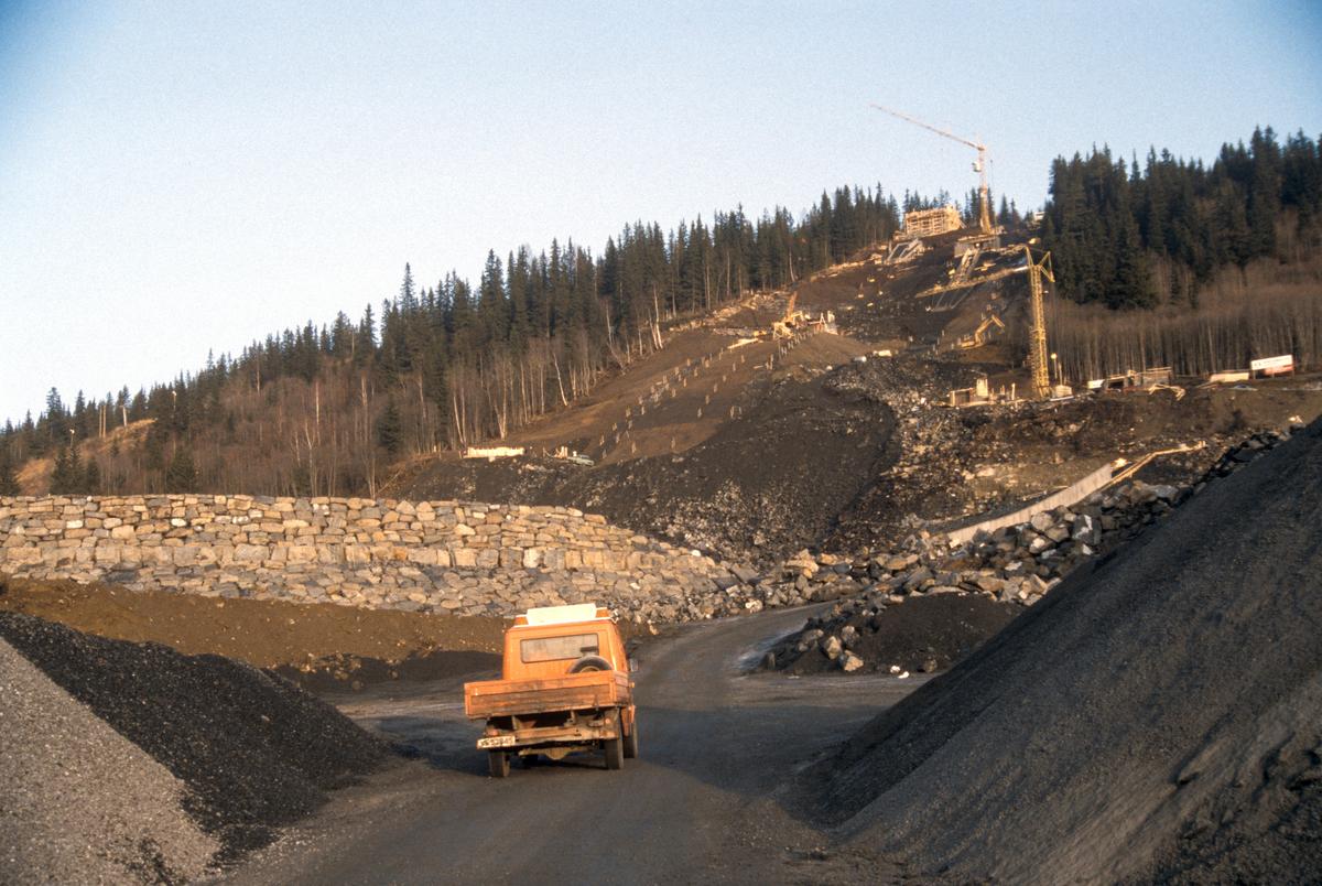 Lillehammer, Lysgårdsjordet, Lysgårdsbakkene under bygging, steinmur, forskaling, kraner, mot nord