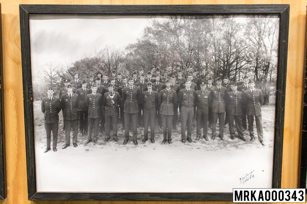 Fotografi taget på befäl och soldater som genomfört grundläggande soldatutbildning på 1:a Batteriet KA 2. Fotografiet taget på KA 2. Flobergs Foto 1972.
