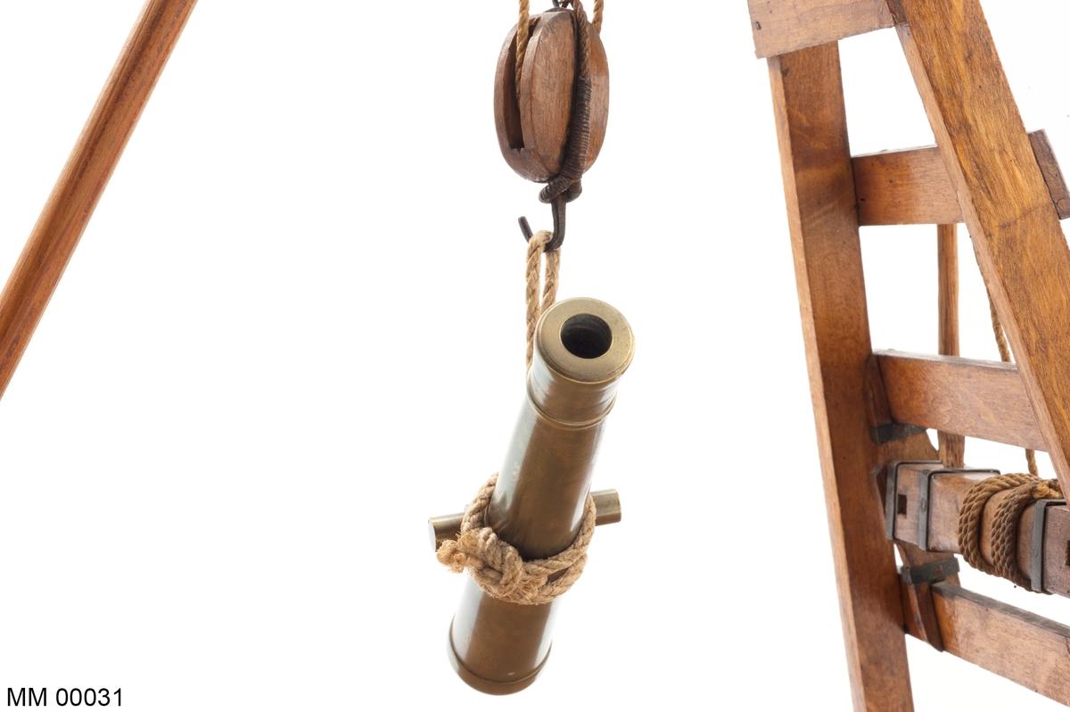 Styckekran, modell av trä, fernissad. Med lyftvals och två spakar samt gina med block och stag.