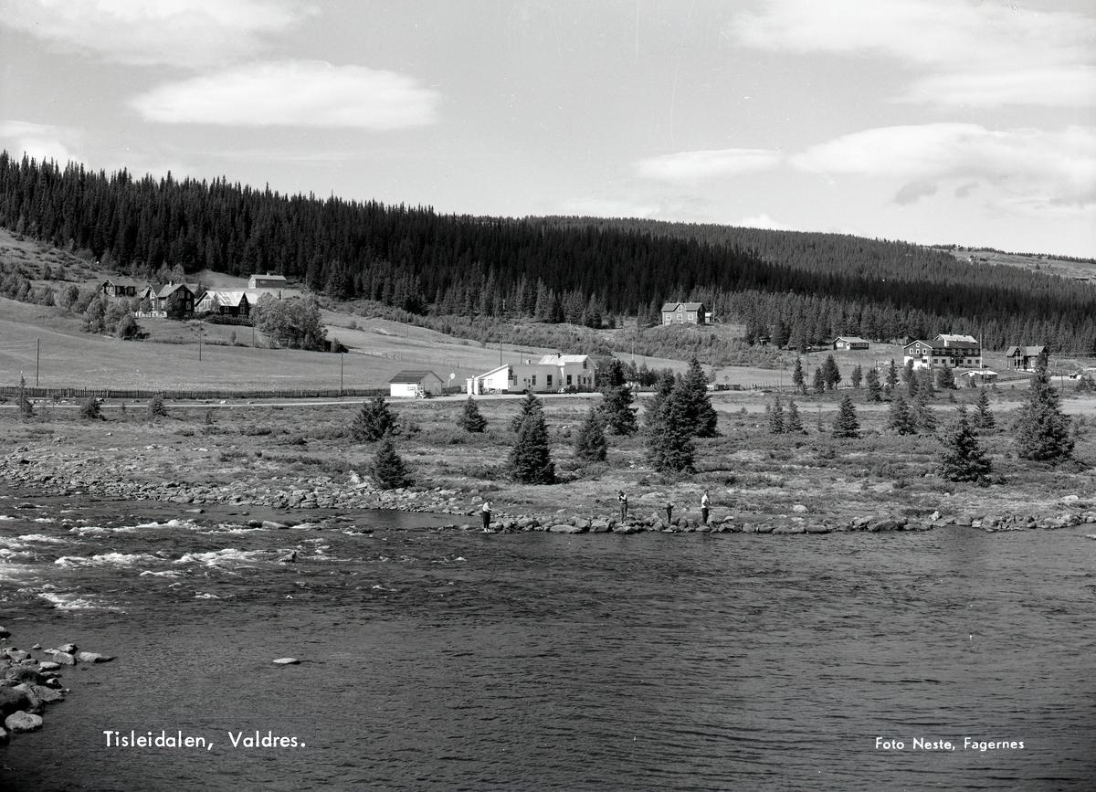 Hovda fjellstue, Tisleidalen, Nord-Aurdal. Fjellbu landhandel midt i bildet. Flere sportsfiskere står langs elvebredden på Tisleia.
