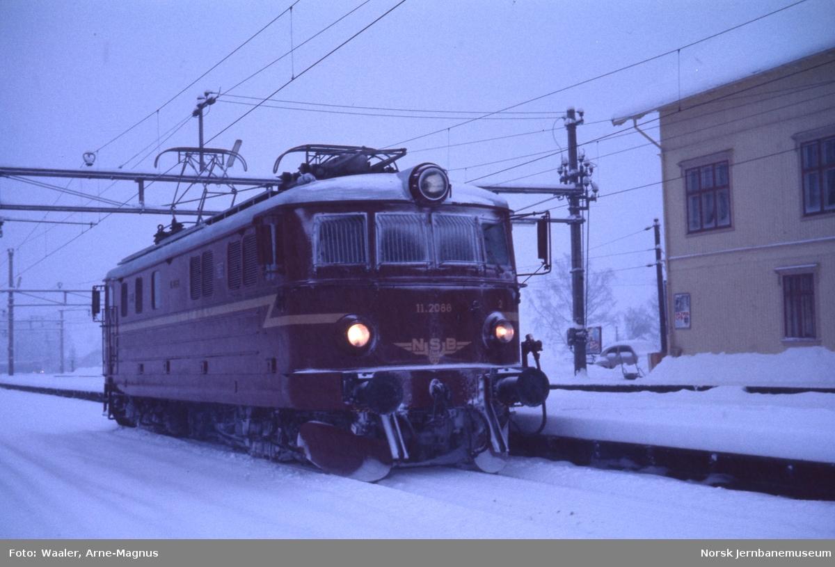 Nylakkert elektrisk lokomotiv El 11 2088 på Dal stasjon