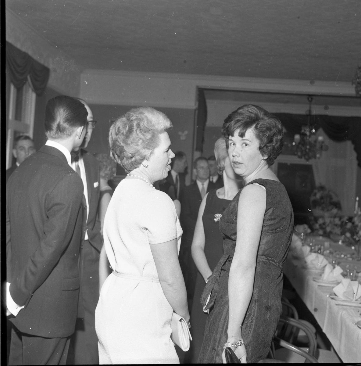 Middag på Ribbagården (?) i Gränna. Man firar Herman och Edit Thörns guldbröllop, samtidigt Anna-Greta Fransson 40 år och Vivan Strand 50 år. Två kvinnor i ljust respektive mörk klänning, med aftonväskor. Från vänster: Britta Hess och hennes dotter Inga-Lill Fransson.