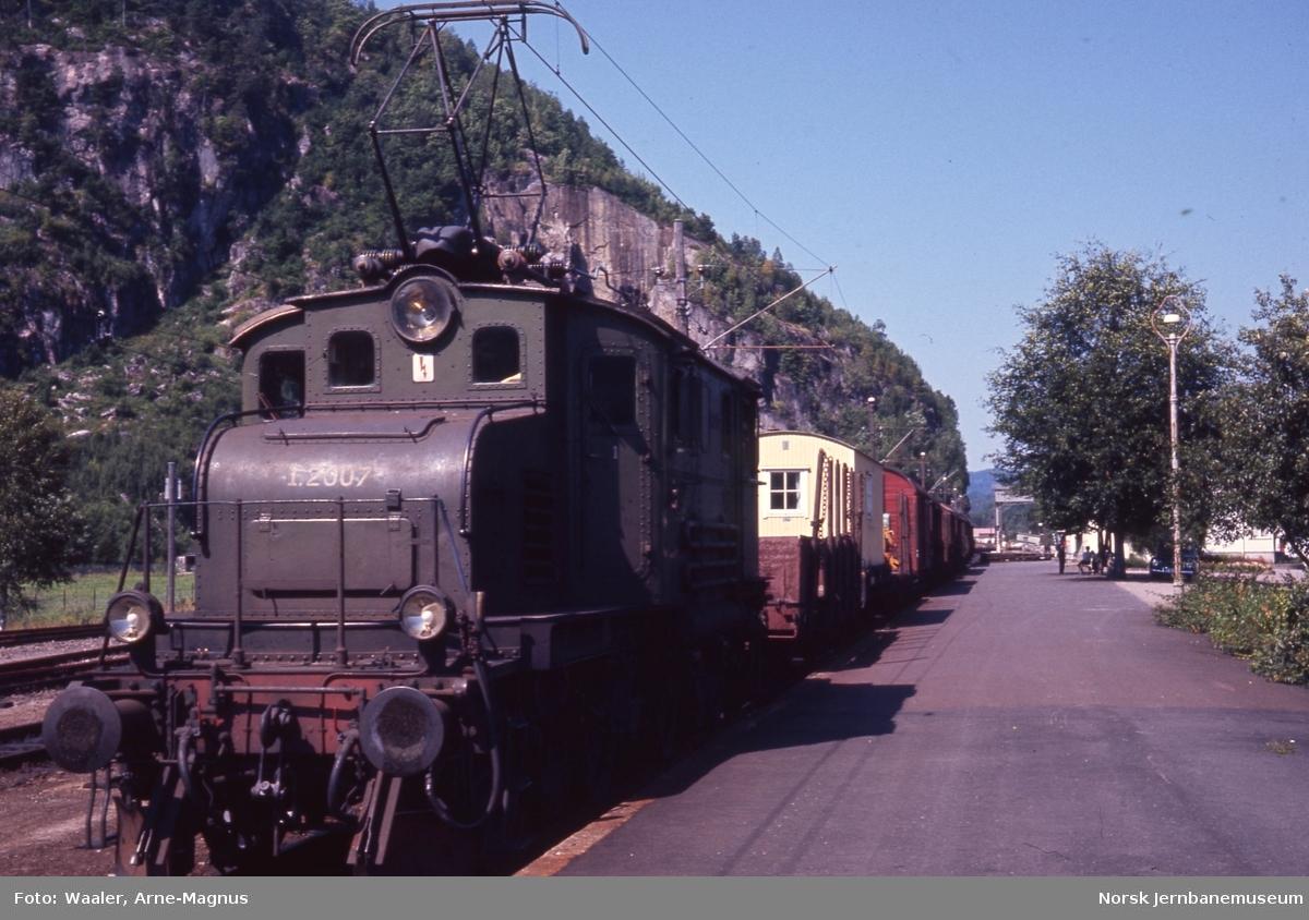 Elektrisk lokomotiv El 1 2007 med godstog på Marnardal stasjon