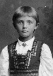 Datteren: Kaspara Olsens datter Ingeborg Olsen var 14 år da familien hennes flyttet inn iWessels gate 15 i 1905. I 1910 hadde hun fått jobb som kontordame, og i 1918 bodde hun ikke lenger i gården. I 1921 hadde Ingeborg og hennes familie likevel flyttet tilbake tilWessels gate 15, til en leilighet ved siden av moren. Ingeborg ble enke i 1936, men hun og hennes tre barn ble boende i gården helt fram til midten av 1950-tallet.