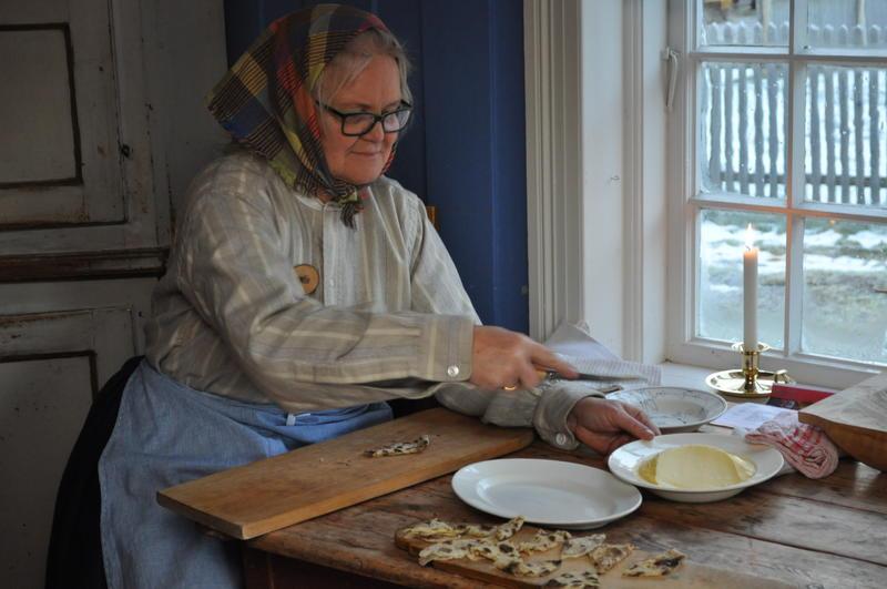Birgitta Andreassen smør lefse under Jul i stuene på Odalstunet.