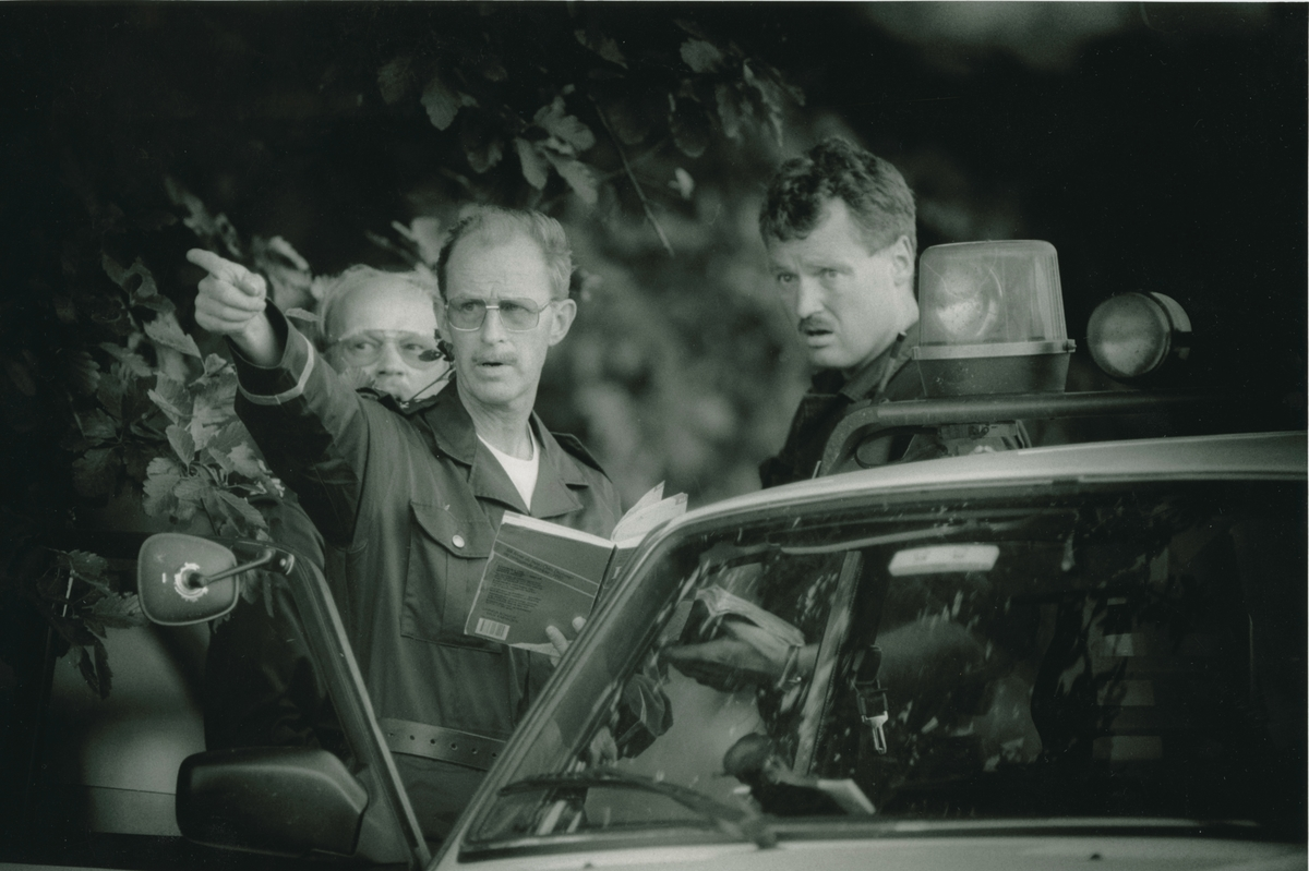 Lensmann Gunnar Haugen med to andre.