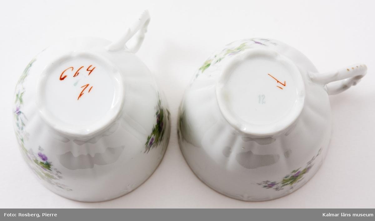 KLM 44334:1 Kaffekoppar med fat, av porslin, 6 stycken. Med blomdekor och smal guldkant.