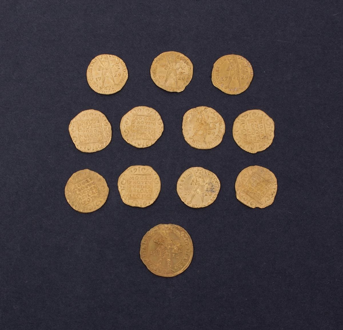 Rundefunnet, stort antall gull- og sølvmynter fra nederlandske ostindiafareren AKERENDAM som forliste på jomfruturen 8. mars 1725 utenfor Ålesund på Sunnmøre. 1 stykk 2 dukat i gull stemplet Utrecht 1715 11 stykker 1 dukat i gull stemplet Utrecht 1724 13 stykker dukatoner i sølv 2 stykker realer i sølv Samt diverse fragmenter i sølv