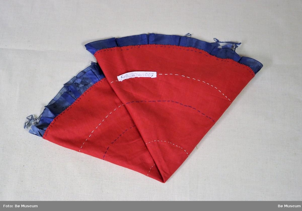 Band av silke lagt i to sirklar. Heklemotiv lagt i to sirklar.