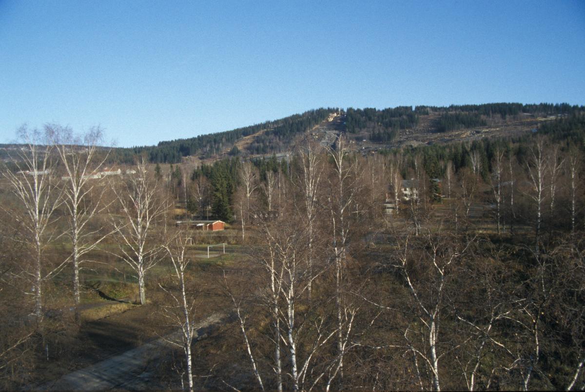 Lillehammer, mot OL-parken, Birkebeinern i forgrunnen, mot øst, utsikt. Foto fra kran ved nordsiden av Mesnaelva, ved badedammen