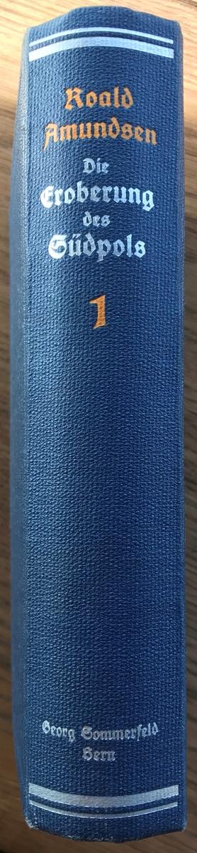 Bok. Amundsen, R: Die Eroberung des Südpols I-II. Bern 1912. Lyst blått bind med dekor i sølv og oransj.